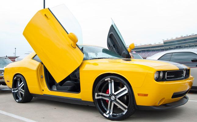 rides cars dodge challenger black yellow