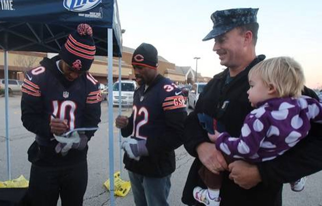 Chicago Bears NFL Rookies Help Feed Military Families