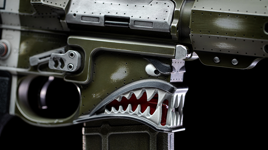 The engraving on the magazine well exhibits the famous shark's teeth of the mustang.